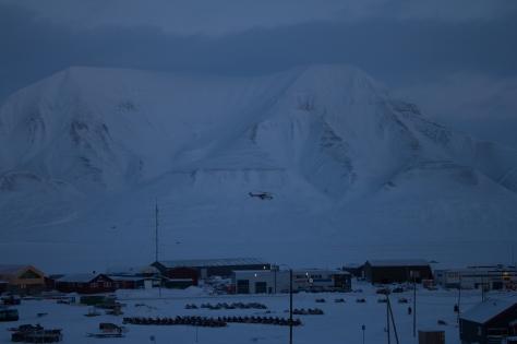 Svalbard_scene_snowmobiles_heli