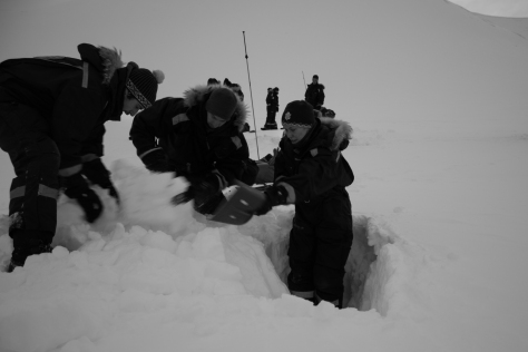 Svalbard_scott_turnerbreen_snowpit_dig