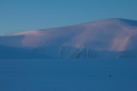 Svalbard_Trollsteinen_lone_hiker