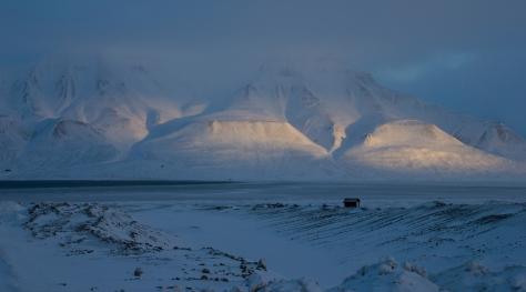 Svalbard_hut_mountains_sunlight