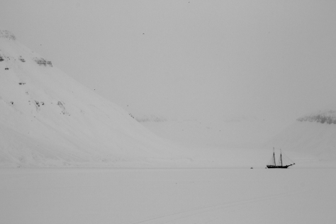 Svalbard_Tunabreen_ship_bw
